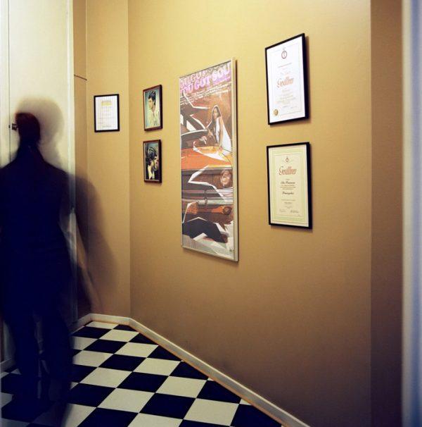 posters på väggen i salongen