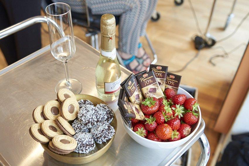 Bord uppdukat med champagne jordgubbar och fika.