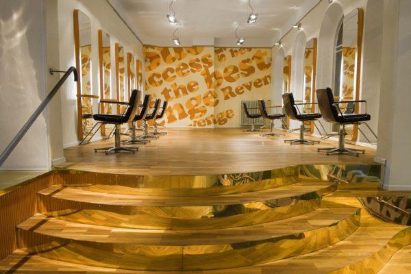 Salongens interiör med guldtrappa och frisörstolar